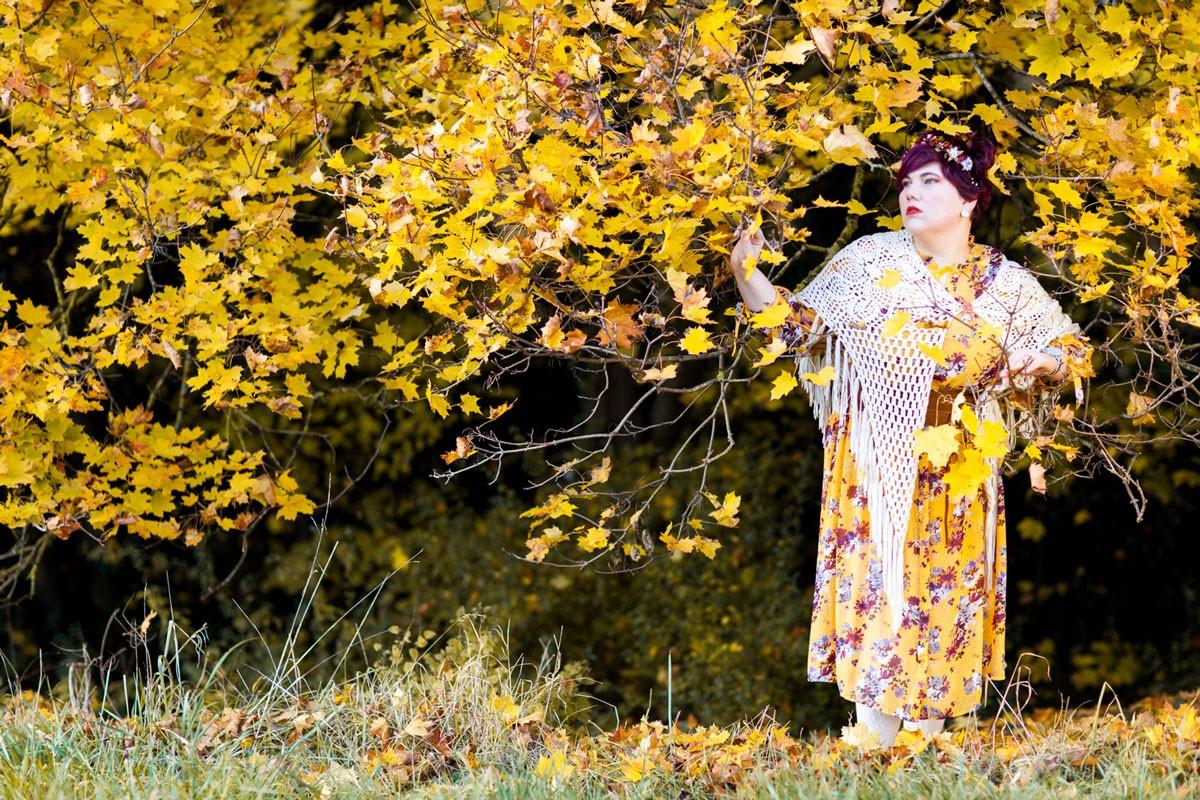 mode, tenue, look, kiabi, grande taille, ronde, curvy, robe, jaune moutarde, automne, chale, folk, sac, automne, autumn, ninaah bulles