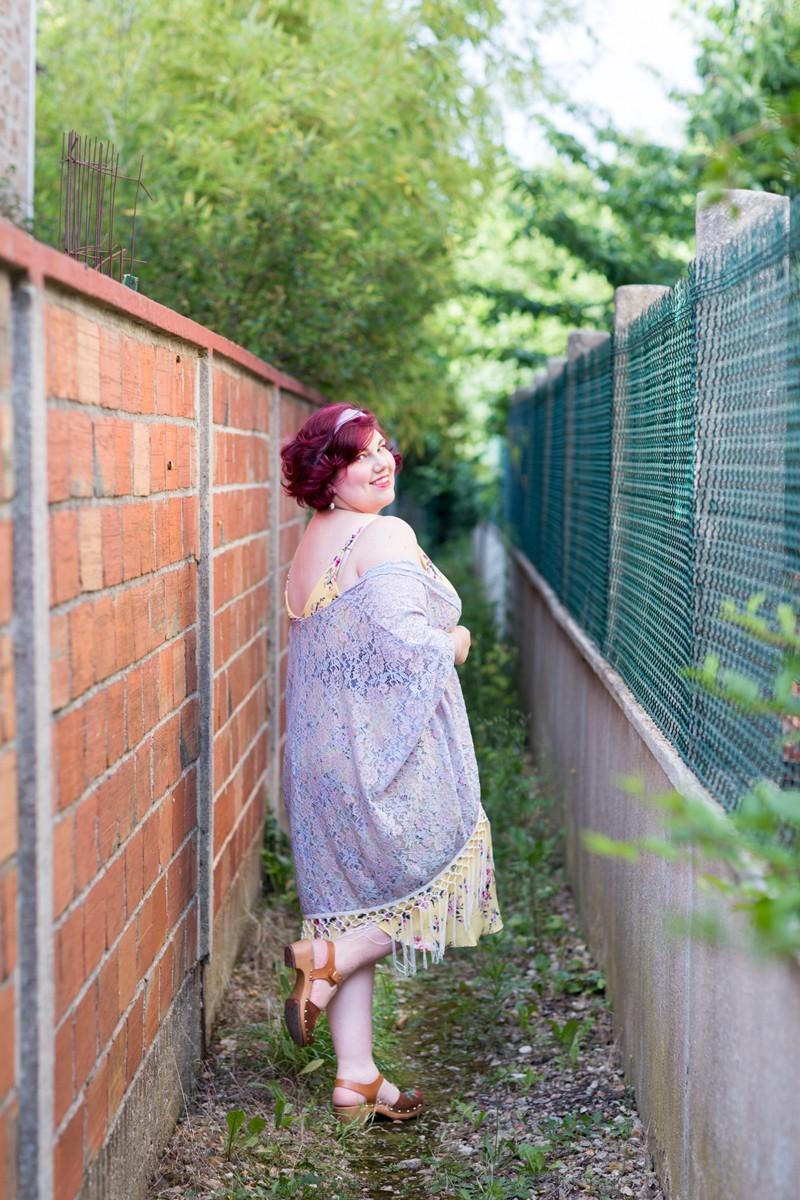 Ninaah Bulles, blogeuse ronde, curvy, grande taille, xehar curvy, romantique, look, tenue, kimono, fleurs, sabots brodés, tenue de printemps